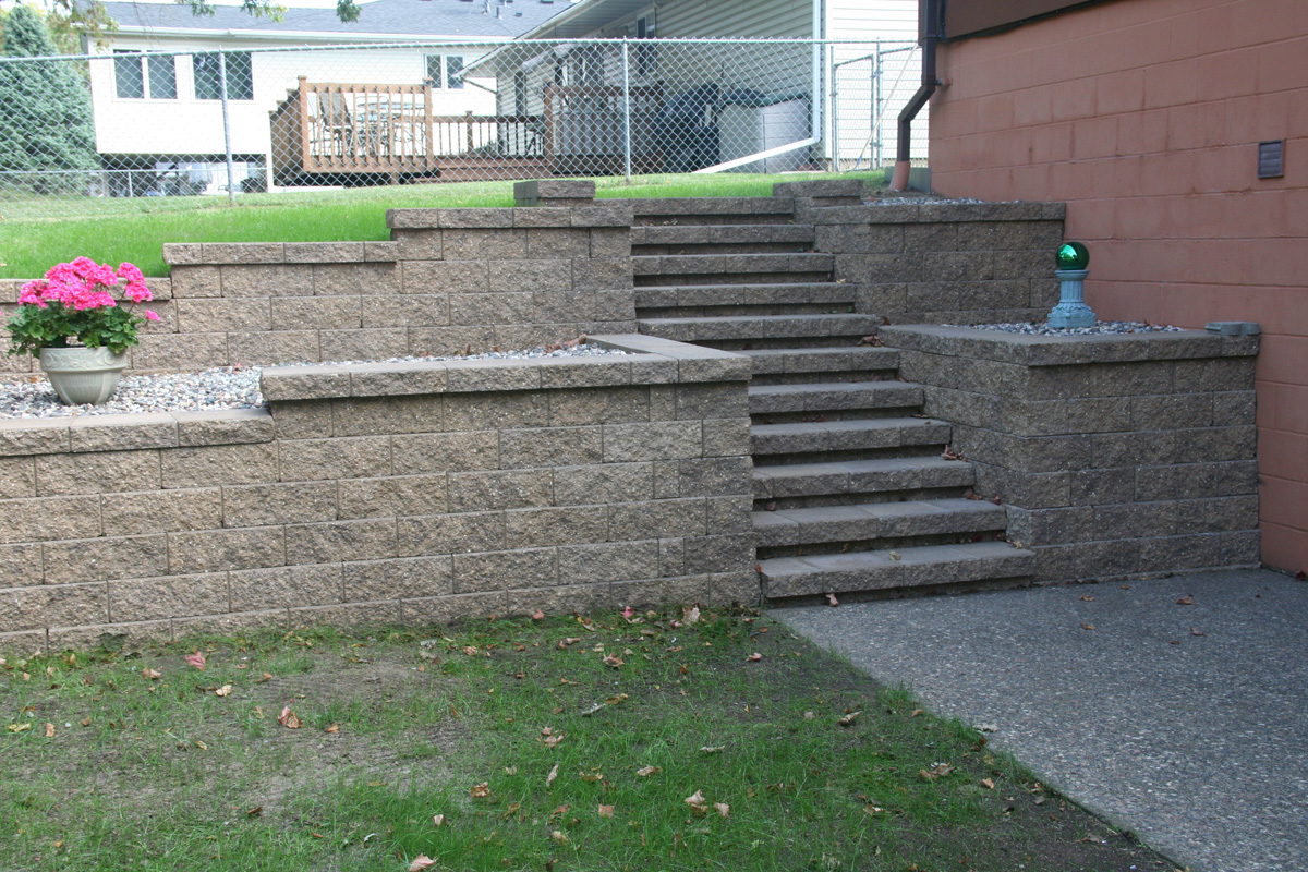 Retaining walls wall blocks retaining wall designs for Block wall landscape design